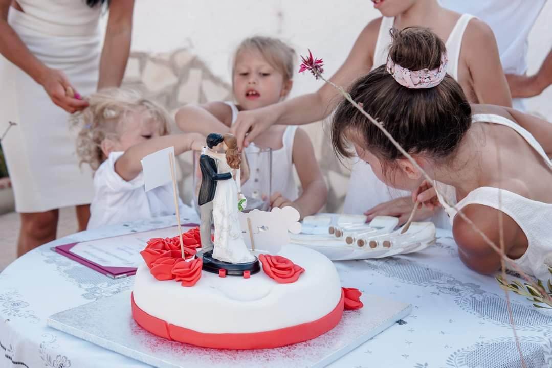Michal Carbol photography destination wedding cake in Spain